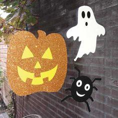 6 leuke Halloween decoraties met glitters. De set bestaat uit twee zwarte spinnen, twee witte spookjes en twee oranje pompoenen. Aan de voorkant zijn ze overladen met glitters en aan de achterkant zijn zonder glittertjes. De decoraties zijn circa 15cm en zijn van karton. Ze zijn leuk om op het raam, een deur of op de muur te plakken.