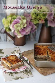Moussaka Griega #singluten #sinlactosa La Moussaka es una receta  griega. Es una especie de lasaña, elaborada sin pasta y con berenjenas, rellena con carne de ternera o cordero. Generalmente cubierta con bechamel... pero en esta ocasión vamos a usar una mezcla de yogur y huevos, que os vendrá fenomemal para usar para cualquier tipo de gratinados. La receta es perfecta tanto para los celiacos como para los intolerantes a la lactosa, ya que no contiene pasta y los productos lacteos, como el…