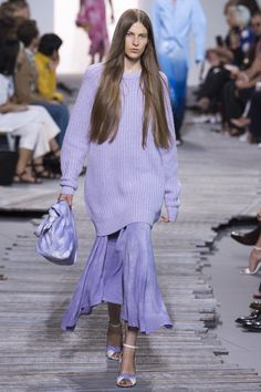 Michael Kors Collection Spring 2018 Ready-to-Wear Fashion Show Collection Fashion Over 40, Fashion 2018, Fashion Week, New York Fashion, Runway Fashion, Spring Fashion, Fashion Outfits, Fashion Trends, Lavender Outfit