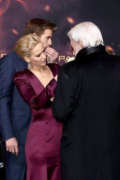 Jennifer Lawrence e Donald Sutherland na pré-estreia mundial de Jogos Vorazes: A Esperança - Parte 2, em Berlim (Foto: Getty Imagem)