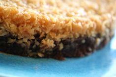 Hej! Jag lovade recept på efterrätten jag skulle fixa till grillkvällen i helgen. Och det blev faktiskt kladdkakor som jag bakade. Lite olika smaker och fyllningar, bland annat denna sega kokostopping . Det här behöver du , till en stor rund form ca 26 cm. ( Detta är en dubbelsats … Läs mer Sweets Cake, Soul Food, Baked Goods, Nom Nom, Brunch, Tart, Food And Drink, Pie, Cheesecake