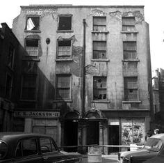 Crampton Court. 1959. Old court in an old lane that links Dame street with Essex Street. Laneway entrance at Brogans Bar, Dame Street!      (Photo - Dublin City Library)