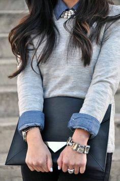 pull gris sur une chemise femme en jean et collier gros fantaisie