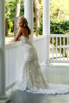 What a cute wedding dress!!