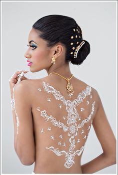 I think I would like some henna on my side when I get married. Beautiful White Henna Designs Henna Tatoos, White Henna Tattoo, Tattoos 3d, Henna Body Art, Mehndi Tattoo, Henna Tattoo Designs, Henna Mehndi, Henna Art, Body Art Tattoos