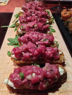 """Le """"Cornicochon"""" - un tartare qui a fait la réputation de Geneviève Everell et de sa compagnie Sushi à la maison! Tartare de boeuf sur pickle frit, avec fromage à la crème. Délicieux!"""