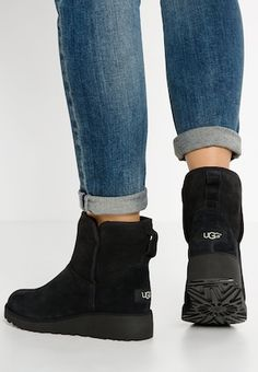 Uggs are not only the most loved but also the most controversial boots on the market. Ugg Style Boots, Ugg Boots Outfit, Knee High Wedge Boots, Black Ankle Boots, Short Winter Boots, Over The Knee Boot Outfit, Outfit Invierno, Black Noir, Vegan Boots