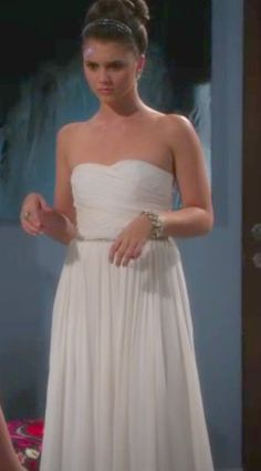 Alexandra Chando as Sutton Mercer in the Lying Game. This beautiful white gown makes Sutton look angelic, too bad she's much more devilish.