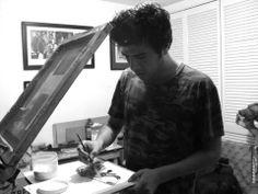 Tonatiuh Trejo. Trabajando las portadas en el taller Azul, Arte Útil, de nuestros amigos Antonio y Ana.