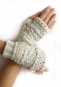 Mitaines gants tricotés à la main de flocons d'avoine. Doivent avoir gants en tricot avec des points différents qui donne le sentiment et la texture merveilleuse. Peut être assorti avec n'importe quelle couleur. Peut être configuré avec tour de cou, guêtres de jambe. Fait de tweed