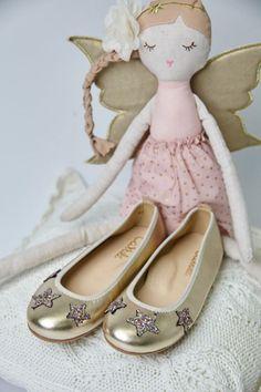 Una colección para princesas bonitas, bailarinas de estrellas de purpurina multicolor para una bailarina que encajara perfecta con cualquier tono de vestido. #zapatosdeniña #zapatosdearras #bailarinas #bailarinaoro