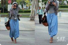 pantalon aladin bleu ciel , tricot gris , gilet gris souris, foulard gris , chaussure marron , sac marron-noir, appareille photo, lunette de soleil noir