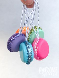 DIY French Macaron Ornaments and Present Toppers - Awesome with Sprinkles These adorable little french macaron ornaments are made from bottle caps. Make some for gifts, ornaments, present toppers, jewelry, key chains and more! Candy Land Christmas, Candy Christmas Decorations, Christmas Tree Themes, Diy Christmas Ornaments, Christmas Projects, Holiday Crafts, Christmas Crafts, French Christmas, Christmas Tables