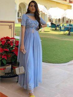 Party Wear Indian Dresses, Designer Party Wear Dresses, Indian Gowns Dresses, Kurti Designs Party Wear, Dress Indian Style, Indian Fashion Dresses, Indian Designer Outfits, Indian Outfits, Mehendi Outfits