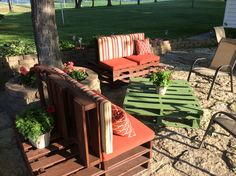 Pallot Furniture Pallet Furniture, Outdoor Furniture Sets, Flower Boxes, Flowers, Outdoor Chairs, Outdoor Decor, Recycled Pallets, Porch Ideas, Recycling