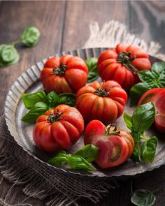 Fruit And Veg, Fruits And Vegetables, Fruit Photography, Vegetables Photography, Summer Tomato, Weird Food, Tomato Basil, Food Pictures, Food Styling