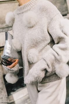 45 Warm and Comfy Street Style From Paris Fashion Week 2017 This Fall Fashion Week Paris, Knit Fashion, Fashion Outfits, Womens Fashion, Street Style Outfits, Diy Sac, Street Looks, Diy Vetement, Fluffy Sweater