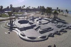 Venice Beach, un skatepark mítico Water Architecture, School Architecture, Backyard Skatepark, Sport Park, Skateboard Design, Parking Design, Freestyle, Skate Park, Parkour