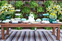 Mesa do bolo e doces com nossa estante viva de plantas ohlindeza.com