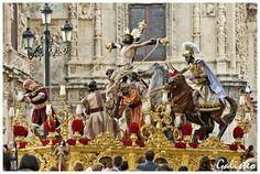 """Magestuoso paso del Cristo de La Exaltación popularmente llamado """"El de los Caballos""""...Jueves Santo."""