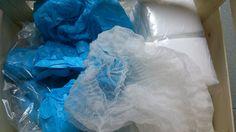Labor-Gewand aus Plastik, Haarnetze, Schuhüberzieher, etc.