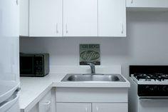 En la cocina podras encontrar todos los electrodomesticos típicos de un apartamento newyorkino, (cocina, fregadero y microondas) y en sus muebles todos los utensilios con los que preparamos nuestras comidas como tostadora, cafetera, batidora…  http://lacasademisprimosenny.com/blog/?page_id=12