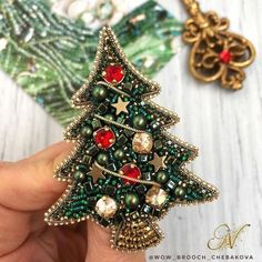 Christmas Balls Diy, Beaded Christmas Ornaments, Christmas Jewelry, Hand Embroidery Patterns, Beaded Embroidery, Beading Patterns, Handmade Beaded Jewelry, Brooches Handmade, Bead Crafts