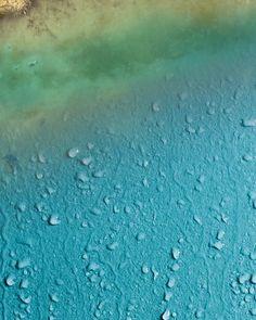 Naturofloor ist aus der Natur inspiriert, für die Sinne kreiert. Naturofloor ist ein mineralisches Produkt, basierend auf den natürlichen Rohstoffen Quarzsand und Weisszement und dient zur Verarbeitung von fugenlosen Wand- und Bodenbelägen. Floors, Walls, Home, Kitchen, Floor Covering, Nature, Homes, Home Tiles, Flats