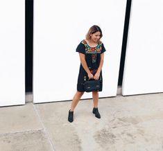 Por acá en León sigue haciendo calorcito.  Así que un vestido con botines es más que perfecto para el clima loco.  Vestido: @lasmariasmx  Foto: @inphotography . . . . #autumn #sunny #dress #boots #flowers #bloggerstyle #lasmarias #mexicano #consumemexicano #tiendaenlinea #blogger #mexicanblogger #arylimon