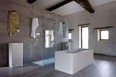 Une grande salle de bains tendance loft