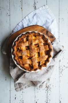Summer is ending soon, but you can see it off with a bang with this simple but delicious peach pie! Tart Recipes, Sweet Recipes, Pastry Cook, Delicious Desserts, Yummy Food, Sweet Pie, Snacks, Churros, Cookies