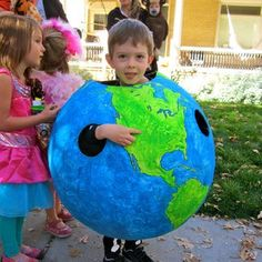 Globe Halloween Costume/Geography Lesson World Globe Halloween-Kostüm Diy Halloween Costumes For Kids, Diy Costumes, Halloween Crafts, Halloween Stuff, Halloween Makeup, Halloween Season, Holidays Halloween, Space Costumes, Great Costume Ideas