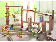 """Деревянный набор для конструирования """"Строитель"""" от Haba займет достаточно много места у вас в квартире, так как он состоит из 77 крупных деталей, которые вы можете собрать следуя инструкции, а также экспериментировать, придумывая свои идеи для конструирования. """"Строитель"""" - это не просто конструктор, а полноценная активная игра для всех ленов семьи. Цель игры - каждый участник соревнования должен как можно быстрее и дальше продвинуть свой цветной шарик по извилистым дорожкам с…"""