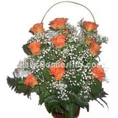 Cesta formada de 15 rosas ecuatorianas de tamaño medio de gran selección adornadas con gipsofila y verdes.
