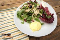 Il petto di pollo alla piastra con l'insalata è un piatto sano ma poco invitante. Basta però aggiungere un tocco di colore e un ingrediente più saporito per trasformare il tutto in una golosa insalata di pollo.