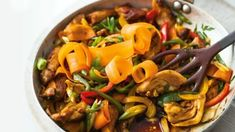 Chinese-style chicken with vegetables and noodles Tender chicken thighs, used in this recipe, stay juicer than breast and are less expensive too. Combined with classic Chinese flavours like garlic, soy sauce and spring onions, this quick meal is a rea Chinese Vegetables, Chicken And Vegetables, Chinese Style Chicken, Pork Stir Fry, Oriental, Chicken Recipes Video, Slow, Nutrition, Dinner Dishes