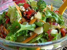 Κόβουμε το μαρούλι και τη γαλλική σαλάτα ή όποιο άλλο φυλλώδες πράσινο λαχανικό έχουμε με τα χέρια και τα βάζουμε σε μια σαλατιέρα. Προσθέτουμε το μήλο κομμένο σε μικρά κυβάκια (με τη φλούδα), αφού τα έχουμε περιλούσει με το χυμό λεμονιού για να μη μαυρίσουν. Ρίχνουμε στη σαλατιέρα και τα υπόλοιπα υλικά. Ετοιμάζουμε τη βινεγκρέτ: Σε ένα βαζάκι ή σέϊκερ βάζουμε το ελαιόλαδο, το ξύδι, το μέλι, τη μουστάρδα, το αλάτι και ανακινούμε πάρα πολύ καλά να αναμειχθούν τα υλικά. Περιχύνουμε τη σαλάτα… Breakfast Snacks, Potato Salad, Salsa, Cabbage, Food And Drink, Mexican, Chicken, Meat, Vegetables