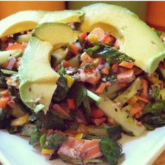 Q les parece una buena ensalada de salmón para cenar ! Yo la llamo CON TODO !! Le puse todos mis vegetales favoritos y un aderezo de mostaza dijon y limón !! Es lo máximoooo !! No te límites a la hora de colocarle una variedad de vegetales a tus comidas, de esa manera le estarás brindando a tu cuerpo una gran variedad de nutrientes necesario para un buen funcionamiento , #SerFit no se trata de sacrificar tu paladar o restricción , es llevar una vida saludable y balanceada !! #SisePuede…