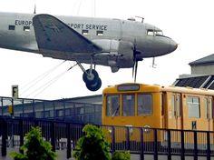 Seit 1997 ziert ein Flugzeug vom Typ Douglas DC-3 in der Militaerversion C47 den Haupteingang des Museums fuer Verkehr und Technik in Berlin