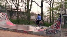 #5: Den Haagissa pyöräillään, niin mekin. #Sketsi: Ympäristötoimittaja joutuu kuolleiden lintujen hyökkäyksen kohteeksi. Tutustaan hollantilaiseen aamiaiseen ja kuivan huumorin osiossa lausutaan hollantilaisten juna-asemien nimiä takapihalla. #kuiva #huumori #pyöräily #Denhaag  They bicycle a lot in Den Haag, so do we. We found a dangerous wind power station which kills flock of birds ( #humour ). In the special #dry #humor's segment Tero pronounce train station names in Dutch.