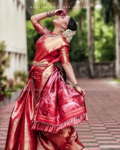 Indian bride looks the best when she wear a Indian Bride Poses, Bridal Sarees South Indian, Indian Bridal Outfits, Indian Bridal Fashion, Bridal Poses, Bridal Photoshoot, Wedding Poses, Indian Wedding Photography Poses, Bride Photography