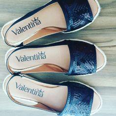 Avarca é #MustaHave para os looks de verão ficarem ainda mais fofos  #regram @stiletto_calcados #ValentinaFlats #shoes #fashion #loveit #love #loveshoes #shoeslover #flat #bordado #black #shine #avarca