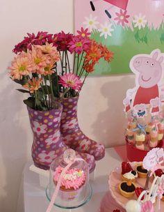 Decora tus mesa con botas con flores para tu fiesta Peppa. #FiestaPeppa