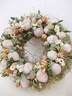 :-) Mere mødt Name ist Hase - Dekoration zum hängen fra Frijda im Garten - Aus einer Idee blev Leidenschaft på . Coastal Wreath, Seashell Wreath, Seashell Art, Seashell Crafts, Beach Crafts, Floral Wreath, Seashell Projects, Summer Wreath, Diy Wreath