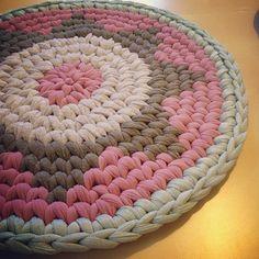 בלי חראטות... #trapillo #tshirtyarn #tapestrycrochet Crochet Carpet, Crochet Home, Love Crochet, Crochet Yarn, Crochet Stitches, Crochet Patterns, Yarn Projects, Knitting Projects, Crochet Projects