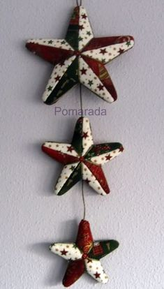 I love this Christmas decoration!! Site has key chain craft and wreath tutorials