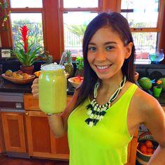Licuado Verde para BAJAR DE PESO! Ingredients in English:  1 grapefruit  1/4 pineapple  1/2 cucumber  3 stalks celery Small bunch parsley  1 cup water