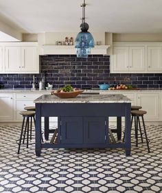 Modern kitchen Blue - A Beautiful Blue and White Kitchen That Mixes Modern and Traditional. Kitchen On A Budget, New Kitchen, Kitchen Dining, Kitchen Decor, Urban Kitchen, Kitchen Island, Modern Kitchen Interiors, Modern Kitchen Design, Interior Design Kitchen