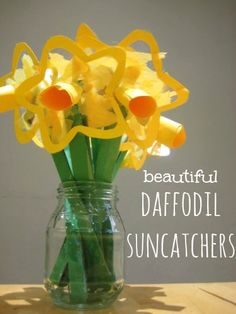 Beautiful spring craft : daffodil suncatchers {Great for young children : no glue = less mess!}