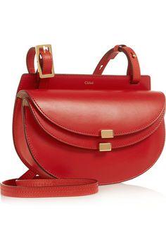 Rotes Leder (Kalb) Druckknopfverschluss an der Umschlagklappe Designerfarbe: Paprica Red Wird mit einem Staubschutzbeutel geliefert Das Gewicht beträgt etwa 0,7 kg